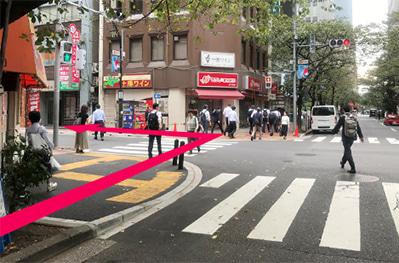 最初の横断歩道を左